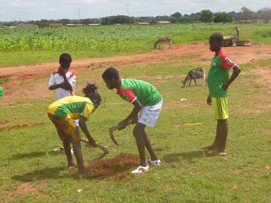 Baumpflanzaktion während des Fußball-Bildungscamps, August 2015