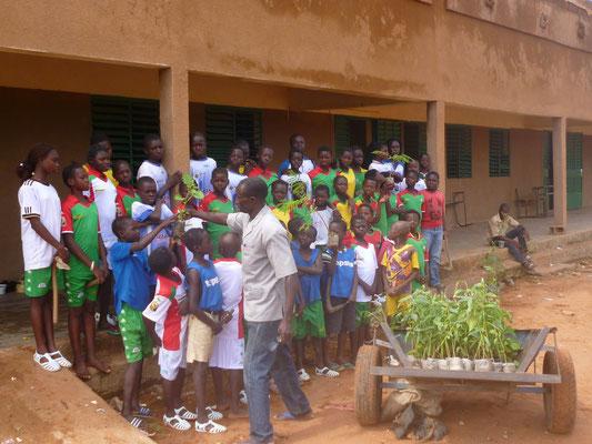 Vorbereitung auf die Baumpflanzaktion während des Fußball-Bildungscamps, August 2015