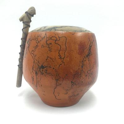 raku technieken, terra sigillata en paardenhaar; drijfhout en lederen koord; decoratieve vaas ca. 15 cm € 45
