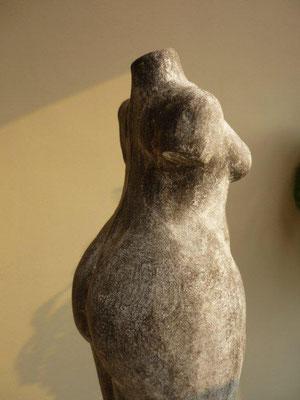 aardewerk torso zwarte klei ingewassen € 125