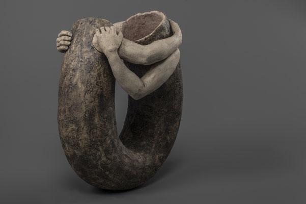 """aardewerk beeld, uit de serie non-verbale communicatie: """"je t'embrasse"""",  ca. 25cm h € 165"""