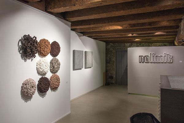 Barbara Reck-Irmler · Acht Flowers · 2020 · Textil, PE-Folie, Holz + BOX Nr. 06 und NR. 07 · 2018 · Textil, Schichtholz · 72 x 72 x 10 cm + nolimit · 2019 · Textil, Schichtholz · 117 x 38 x 2,5 cm