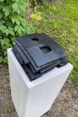 Barbara Reck-Irmler · BILDET BANDEN · 2021 · Gummi · als Wortschichtung 27 x 27 x 14 cm, offen ca. 240 x 25 cm, Auflage II-VII