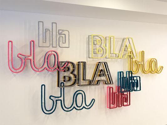 Barbara Reck-Irmler: BLA BLA BLA Installation • 2018 • Textil, Schichtholz, Metallbügel • 280 x 160 x 20 cm • Privatsammlung