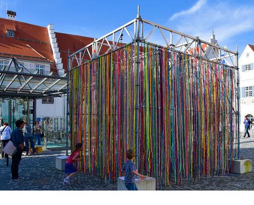 Barbara Reck-Irmler: Flowing Kubus, Installation im öffentlichen Raum, Biberach • 2017 • Textile, Stahl • 4 x 4 x 4 m