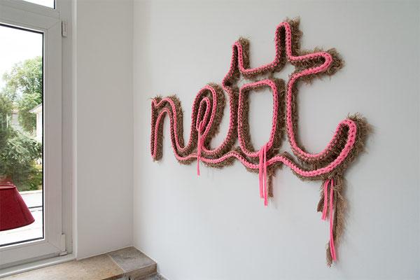 Barbara Reck-Irmler: nett • 2016 • Textil, Schichtholz • 104 x 47 cm • Privatsammlung