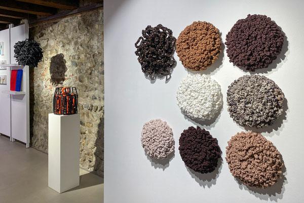Barbara Reck-Irmler · Acht Flowers · 2020 · Textil, PE-Folie, Holz + Schriftrolle Nr. 2 · 2020 · Gummi, Textil + Barbara Reck-Irmler · Kugel Nr. 1 · 2020 · PE-Folie