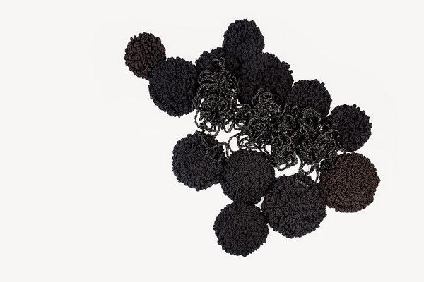 Barbara Reck-Irmler ·  Flower-Installation schwarz · 2020 · Textil, Folie, Schichtholz, 16 Teile · 175 x 165 x 15 cm