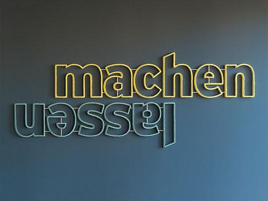 Barbara Reck-Irmler: machen lassen • 2019 • Textil, Schichtholz, 4 Teile • 239 x 96 cm • Privatsammlung