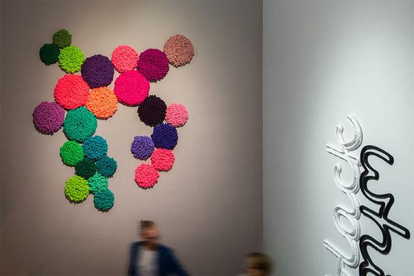 Barbara Reck-Irmler: 25 Flowers, Installation · 2018 · Textil, Schichtholz · 190 x 210 x 10 cm · Privatsammlung + black white · 2015 · Textil, Schichtholz