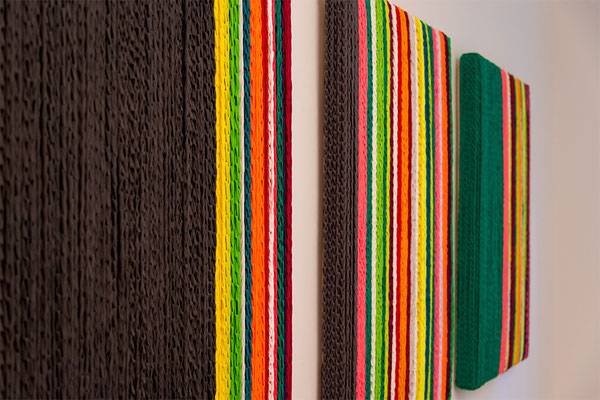Barbara Reck-Irmler: BOX Nr. 4 grau/gestreift • Privatsammlung + BOX Nr. 2 gestreift + BOX Nr. 5 grün/gestreift • je 2018 • Textil, Holz • 82 x 128 x 10 cm