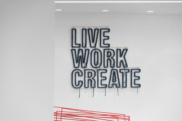 Barbara Reck-Irmler: LIVE WORK CREATE • 2018 • Textil, Schichtholz • 91 x 105 cm • Privatsammlung + Sabine Straub: Morphing XIX • 2016 (Detail)