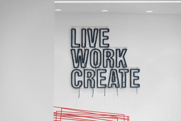 Barbara Reck-Irmler: LIVE WORK CREATE • 2018 • Textil, Schichtholz • 91 x 105 cm • Privatsammlung (Im Anschnitt: Sabine Straub: Morphing XIX • 2016)