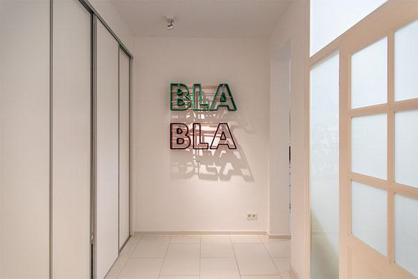 Barbara Reck-Irmler: BLA BLA BLA Installation • 2018 • Textil, Schichtholz, Metallbügel • 100 x 100 x 20 cm