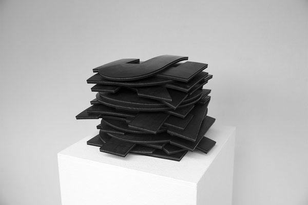 Barbara Reck-Irmler · JEDER ALGORITHMUS IST POLITISCH · 2021 · Gummi ·  als Wortschichtung 27 x 27 x 23 cm, offen ca. 630 x 25 cm, Auflage I-VII