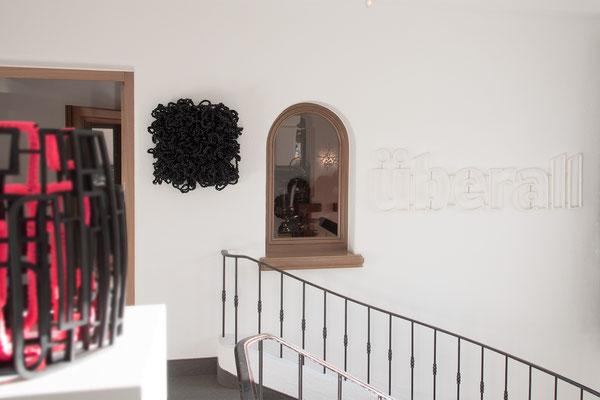 Barbara Reck-Irmler · Flower-Kissen · 2020 · PE-Folie, Holz · 60 x 60 x 20 cm + überall · 2020 · Textil, Schichtholz · 175 x 45 x 2,5 cm