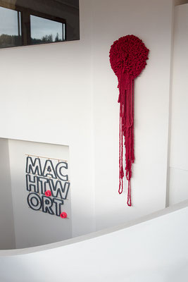 Barbara Reck-Irmler: MACHTWORT • 2017 • Textil, Schichtholz • 90 x 87 cm • Privatsammlung + FLOWER, rot, hängend • 2017 • Textil, Schichtholz • 42 x 180 cm
