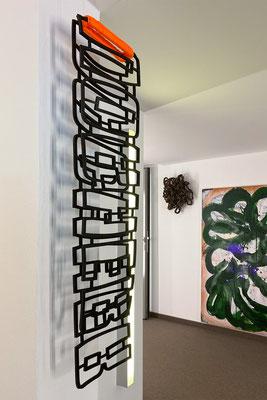 Barbara Reck-Irmler · vorher nachher · 2020 · Gummi, Textil · 27 x 105 x 8 cm + Flower · 2020 · PE-Folie · 50 x 50 x 20 cm. Im Anschnitt eine Arbeit von Sabine Tress
