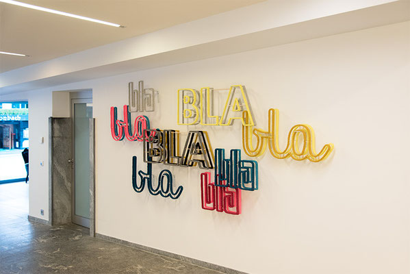 Barbara Reck-Irmler: BLA BLA BLA Installation • 2018 • Textil, Schichtholz, Metallbügel • 160 x 280 x 20 cm • Privatsammlung