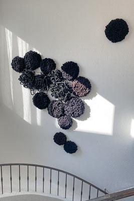 Barbara Reck-Irmler · Installation mit 16 Flowers · 2020 · Textil, PE-Folie, Schichtholz