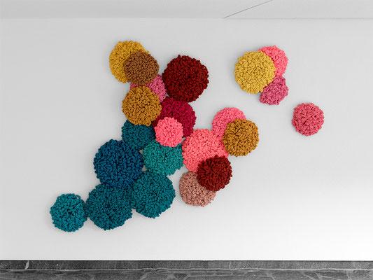 Barbara Reck-Irmler ·  Flowers, Installation • 2019 • Textil, Schichtholz, 22 Teile · 200 x 140 x 15 cm