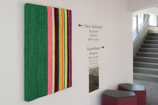 Barbara Reck-Irmler: BOX Nr. 5 grün/gestreift • 2018 • Textil, Holz • 128 x 82 x 10 cm