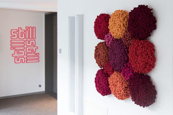 Barbara Reck-Irmler: FLOWERS, 3x3 rot • 2016 • Textil, Schichtholz • 100 x 100 cm + still still still • 2017 • Textil, Schichtholz • 78 x 107 cm