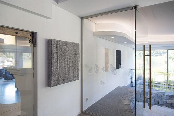Barbara Reck-Irmler: BOX Nr. 7 grau meliert/grau meliert + BOX Nr. 10 weiß/weiß + BOX Nr. 11 schwarz/schwarz • jeweils 2018 • Textil, Holz • 72 x 72 x 10 cm + Sabine Straub: Morphing XX • 2017 (im Hintergrund)