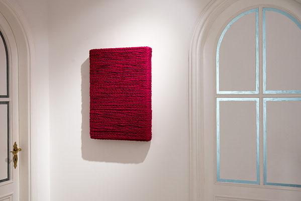 Barbara Reck-Irmler: BOX Nr. 3 rot • 2018 • Textil, Schichtholz • 52 x 72 x 10 cm