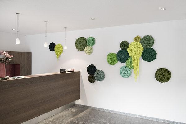 Barbara Reck-Irmler: FLOWERS Installation • 2018 • Textil, Schichtholz • Privatsammlung