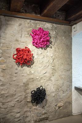 Barbara Reck-Irmler · 3 Flowers · 2020 · PE-Folie, Schichtholz · je ca. 42 x 48 x 20 cm