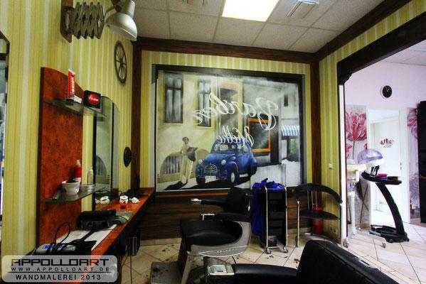 Wandgestaltung im Innenraum der Friseurkette mit der Spraydose -Farbspraydose Graffitidose
