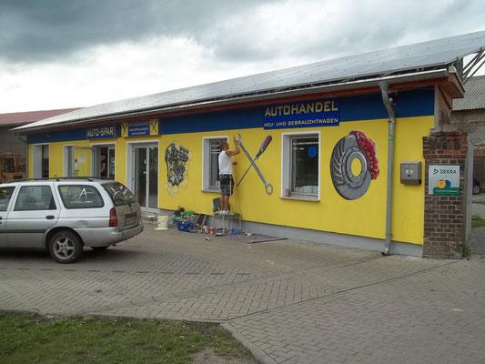 Airbrusund Graffitikünstler am Fassadenbemalen in Brandenburg