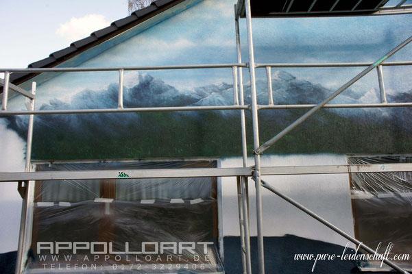Grundierung für Fassade angebracht mit Farben der Firma STO dann kommt das Wandmotiv durch Fassadenmaler