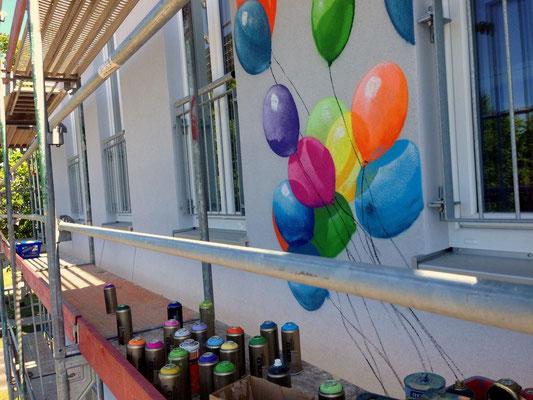 99 Luftballons kein Nena Titel sondern ein Wandbild an der Fassadenwand