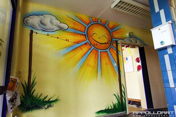 Kindergarten erscheint im neuen Licht im Sonnenlicht. Wandmalerei Strausberg