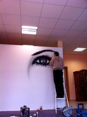 Kunst an der Büro Wand in deutschland mit Graffitikünstler Firmenlogo Firmenimage