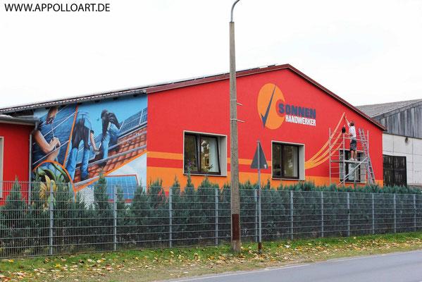 Fassadenmotiv für Fassadengraffiti mit Wandbilder und Firmenlogos gestaltet in Landkreis Dahme Spree mit der Graffiti Kunst im schönen Brandenburg Oder Spree. Solar Solaranlage.Empfangsbereichgestaltung