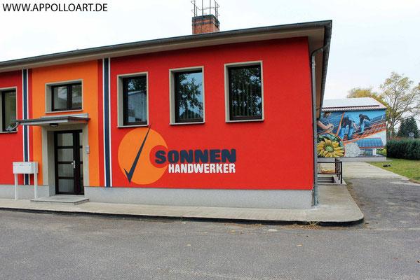 Sonnenhandwerker Fassadenkunst mit Wandbild und Firmenlogo gestaltet in Fürstenwalde mit der Graffiti Kunst im schönen Brandenburg Oder Spree.Immobilien verschönern