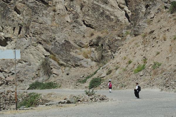 Ganz allein laufen die Knirpse den weiten Weg zur Schule