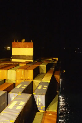Containerschiff im dunkeln