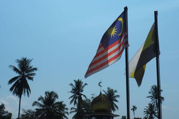 Moscheen und Flaggen gibts überall  - Radreise - Cycletouring - Thailand