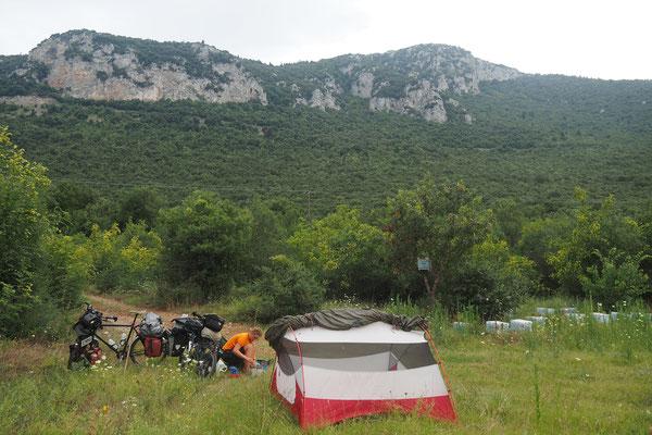 Während wir auf diesem Plätzchen saßen erfuhren wir von den Bränden in Athen - Radreise - Alles in 12 Taschen