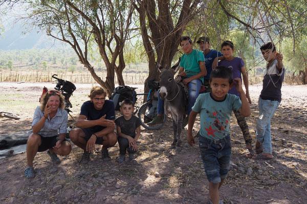 Ein Foto mit den Dorfkindern und dem Esel ;)