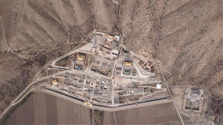 Ein Kloster am Rande eines Berges