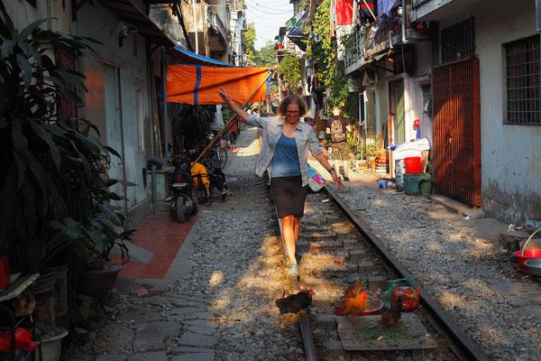 selbst in Hanoi zwischen den Häusern, auf den Schienen laufen die Hühner hier frei herum