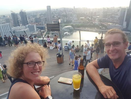 In der Bar  auf  dem Dach des Marina Bay- Alles in 12 Taschen - Cycletouring/Radreise