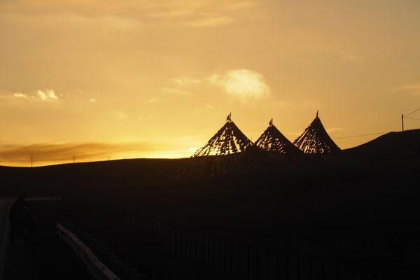 Tibetische Fahnen im Sonnenuntergang