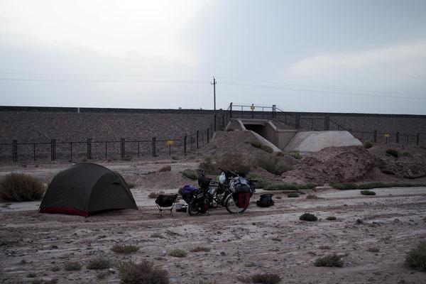 Zelten hinter den Bahngleisen