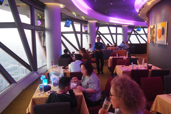 Das Atmosphere 360 ist ein sich drehendes Restaurant im KL Tower - Radreise/Cycletouring - Alles in 12 Taschen